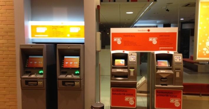 Prekybos centre MOLAS esantys Swedbank bankomatai prie skyriaus