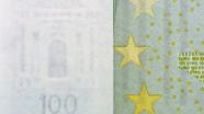 100 eurų vandens ženklas ženklas ant stalo