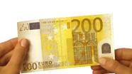Perbraukite per 200 eur banknoto apatinį šoną
