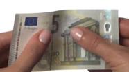 Pačiupinėkite naujus 5 eurus