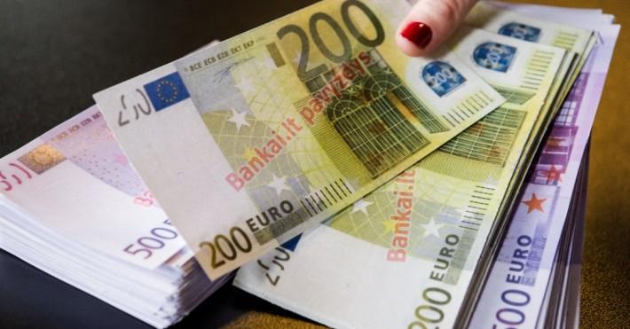 106 tūkst. grynais 200 ir 500 eurų kupiūromis