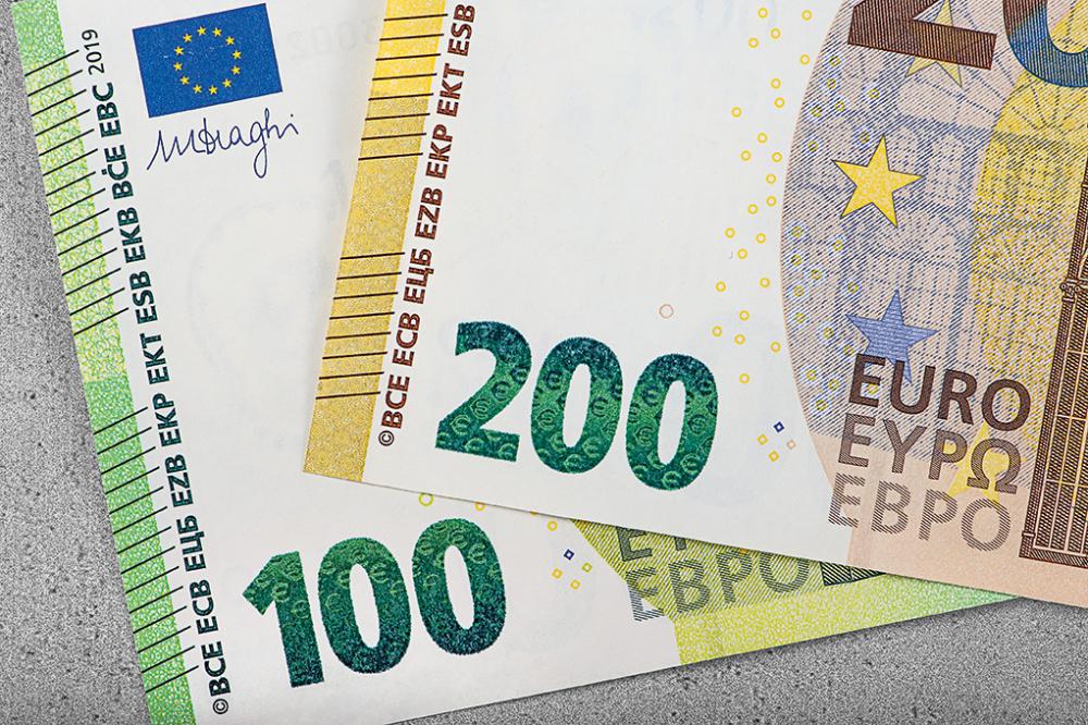 100 ir 200 eurų