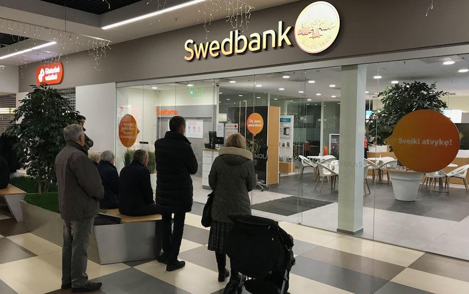 Didieji bankai Swedbank, SEB ir Luminor nebekeičia užsienio valiutos grynais pinigais