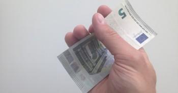 Skolos, penki eurai rankose mini