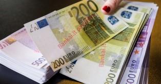106 tūkst. grynais 200 ir 500 eurų kupiūromis mini